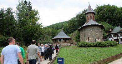 Minivacanţa de Sf. Maria aduce mii de pelerini la Prislop