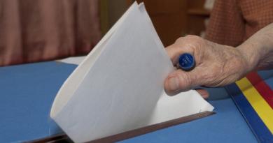 VOTEZ, DECI EXIST. Nu dați lichelelor ocazia să triumfe alungând oamenii cinstiți din preajma urnei de vot!