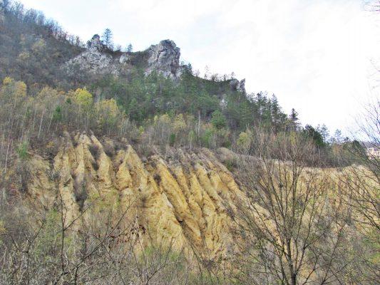 Formațiuni stranii în arealul dolomitic din Ținutul Pădurenilor.
