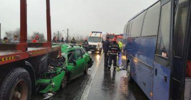 Hunedoara: Trafic blocat pe DN 7, după ce un autocar, un autoturism şi un trailer s-au ciocnit; două persoane – transportate la spital.