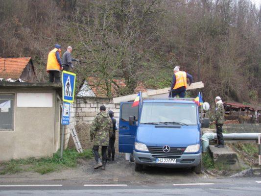 Voluntarii s-au apucat de muncă de dimineaţă, în ciuda frigului şi-a curenţilor reci de lângă şosea.