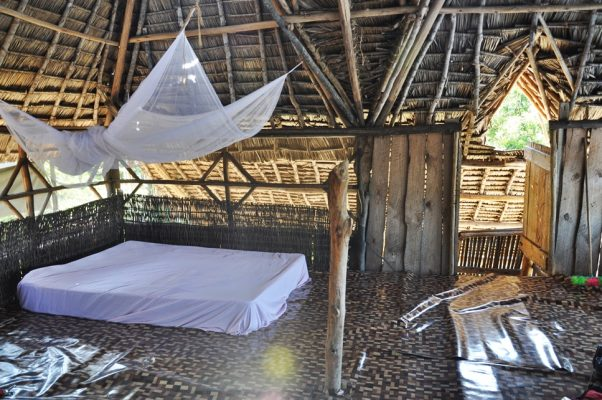 Kaole, Tanzania. Casa ei pentru două luni.