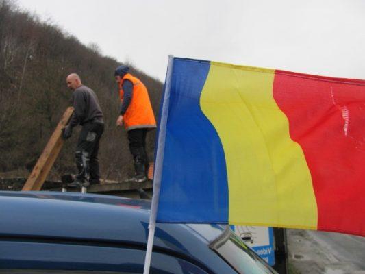 Umanitate, cu steag românesc.