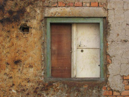 Ferestre absurde, fără lumină, închise cu uşi, prin care nu mai priveşte nimeni.