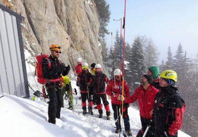 Tânărul surprins de o avalanşă în Bucegi, căutat de salvamontişti din Prahova şi Hunedoara, dar şi de alpinişti