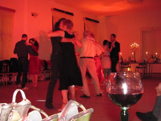 """Mișcările """"curg"""" și mai ușor după câteva înghițituri de vin."""
