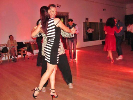 Campioana României la tango, Raluca Aldea, în pași de dans, alături de organizatorul Alin Lipșa.