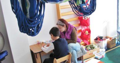 Singurul centru hunedorean pentru copiii autiști luptă pentru supraviețuire