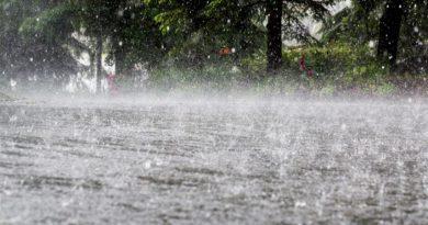 Meteorologii anunţă averse, descărcări electrice şi intensificări ale vântului