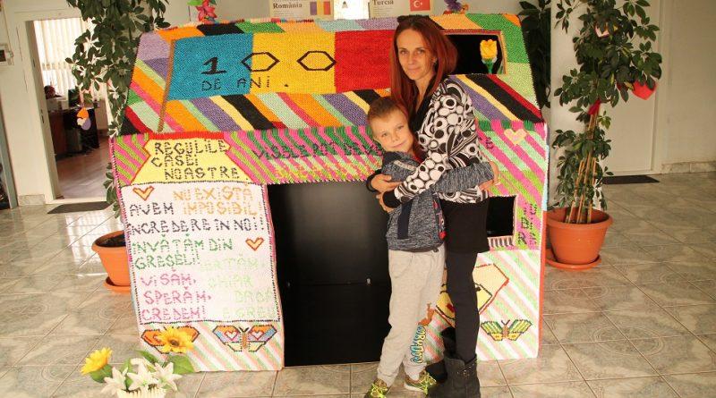 Record: o deveancă a muncit opt luni şi a făcut o casă din 140 de mii de piese de hârtie