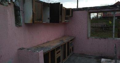 Dramatic! În prag de iarnă, unei familii din Brad i-a fost mistuită casa de flăcări