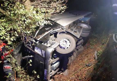 Accident GRAV! Tir răsturnat pe DN7, între Leșnic și Săcămaș