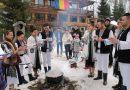 Revelion în munţi, turiştii petrec cu tradiţii, mese încărcate şi voie bună