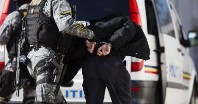 Nouă persoane au fost reţinute într-un dosar de trafic de droguri