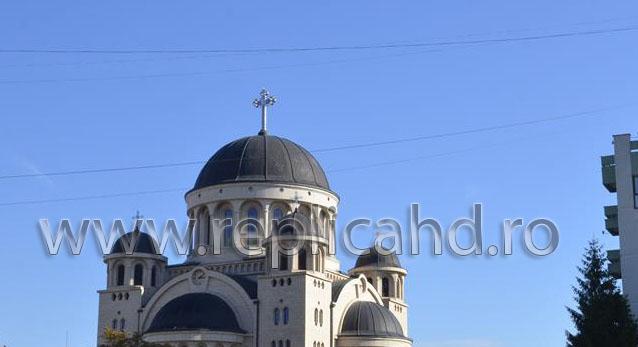 Patriarhia Română: Cei care prezintă simptome de gripă să evite spaţiul bisericii