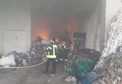 Incendiu la un depozit de deșeuri reciclabile din Chișcădaga (VIDEO)