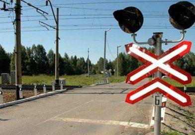 CFR Infrastructură publică imagini cu un şofer care traversează calea ferată printre barierele coborâte