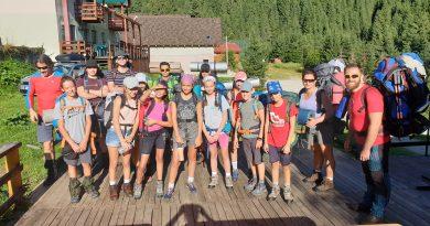 Cu pensula, în Retezat: un grup de adolescenţi au refăcut traseele turistice din zona lacurilor
