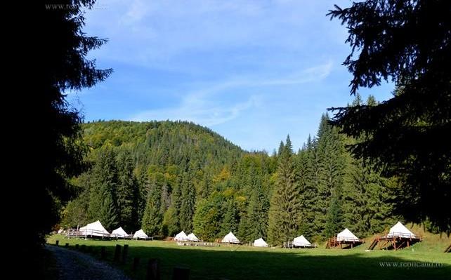 Nou concept turistic: corturi de lux în paradisul din Retezat