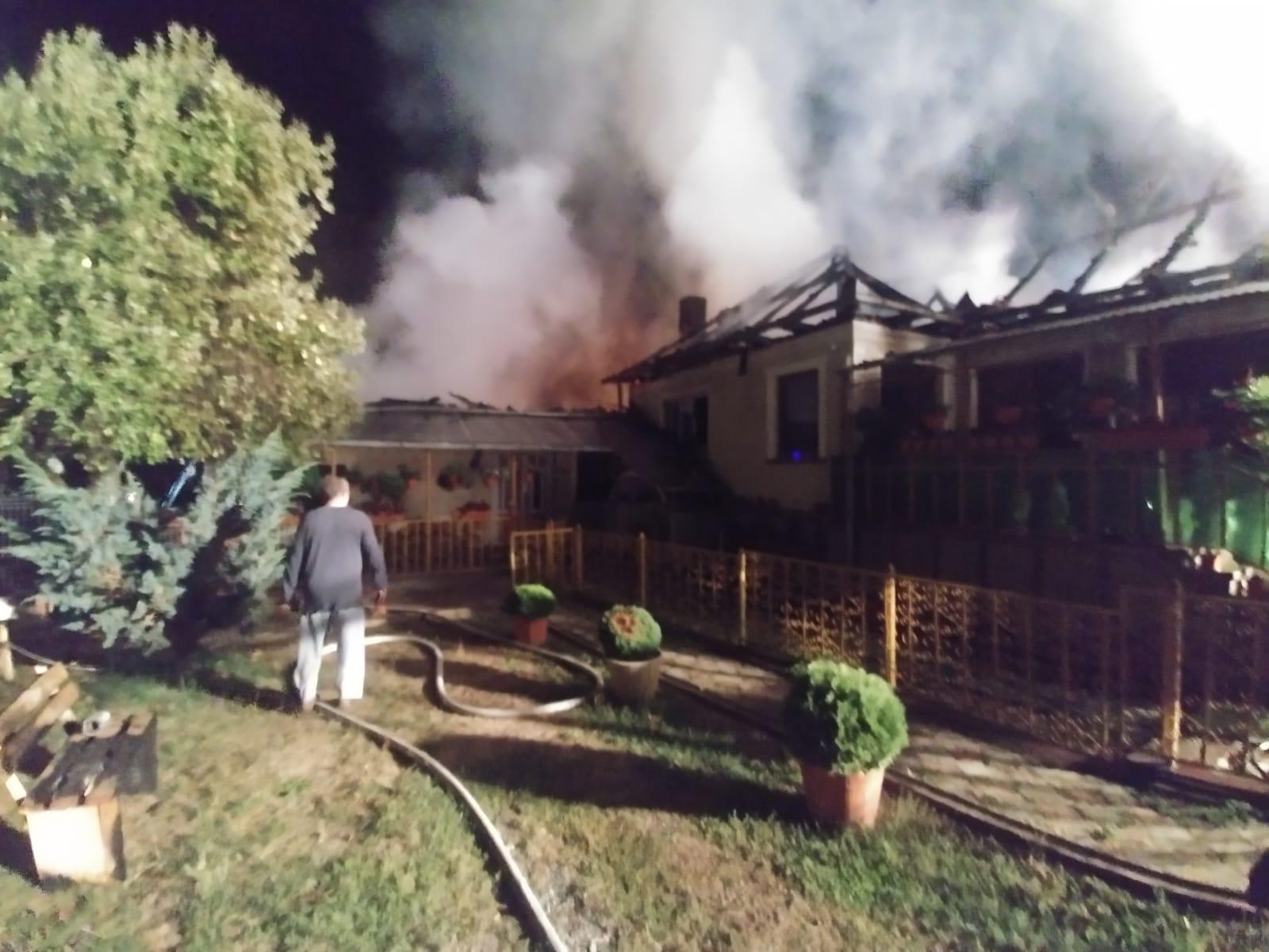 Intervenție a pompierilor, în miezul nopții. Incendiu la acoperișul unei locuinţe, din apropierea Bradului