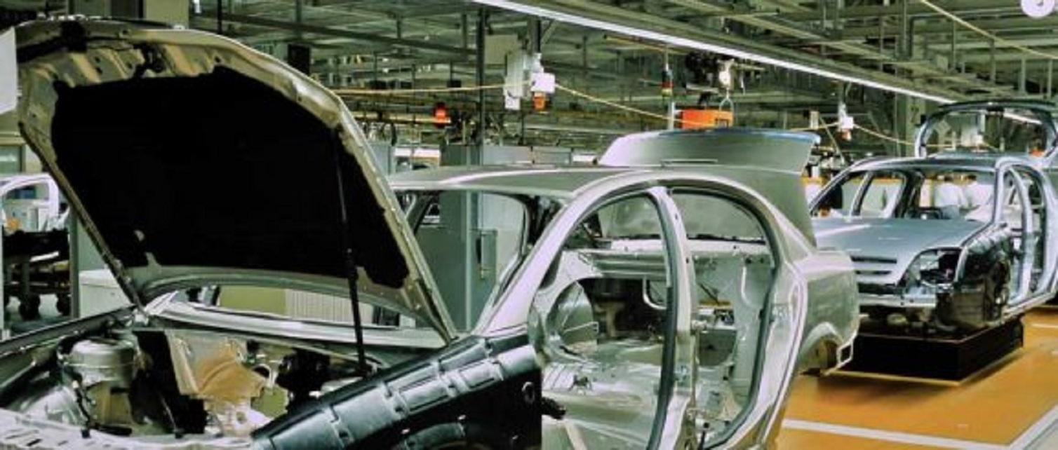 Industria auto scade, iar coloşii din industrie îşi mută atenţia către noul trend