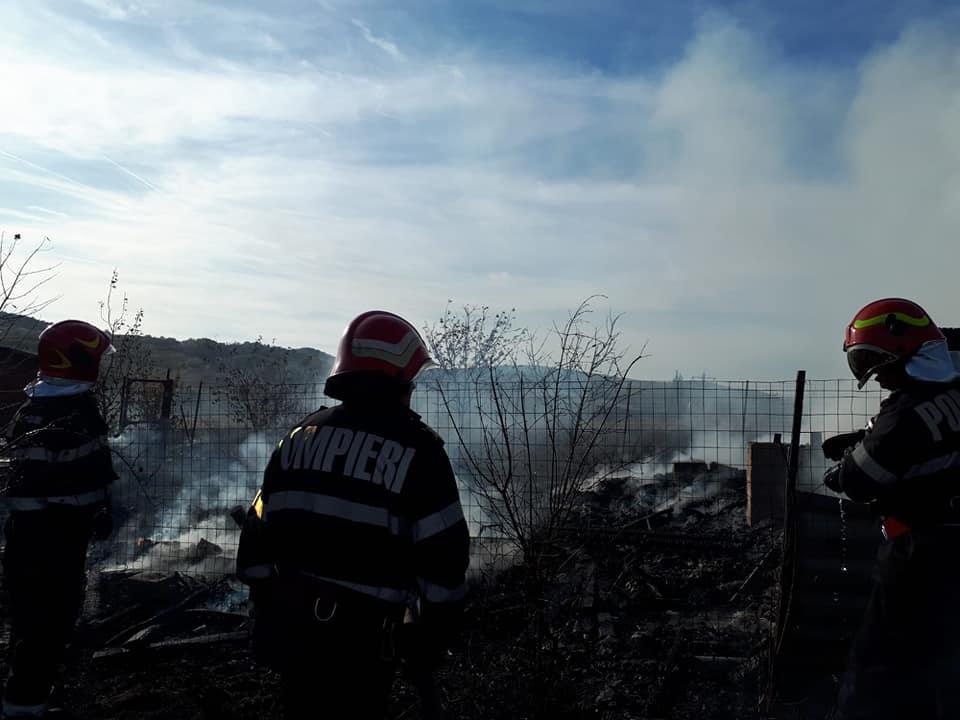 Un incendiu a mistuit aproape complet o cabană din Almașu Sec