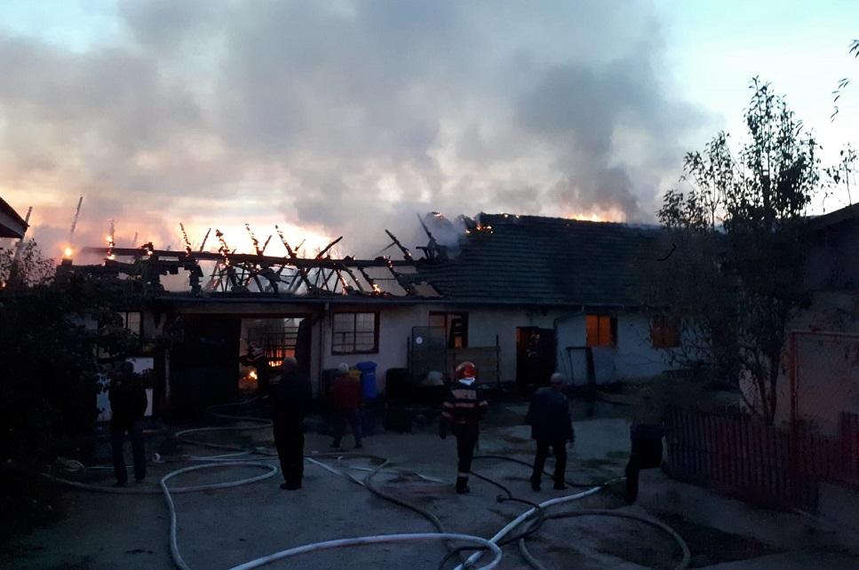 Incendiu puternic la o hală industrială din Uroi