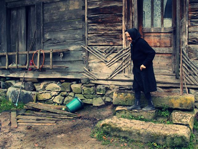 """Singură pe """"Drumul regelui"""". Bătrânica din Apuseni va fi ajutată de tinerii de la """"Ajută satul"""""""
