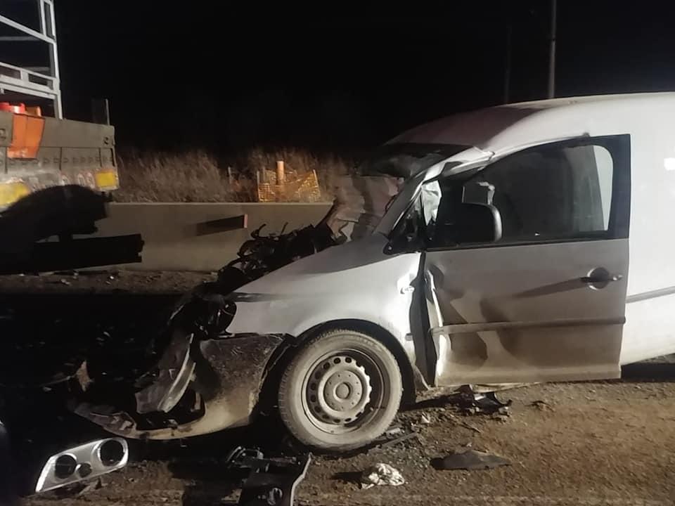 Accident rutier grav, pe DN7: O autoutilitară a lovit din spate un autocamion