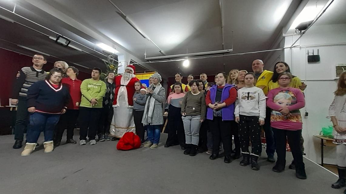 """Moș Crăciun, ajutat de voluntarii de la Lions, a adus daruri pentru persoanele din Asociația """"Langdon Down 2000"""", din Deva"""