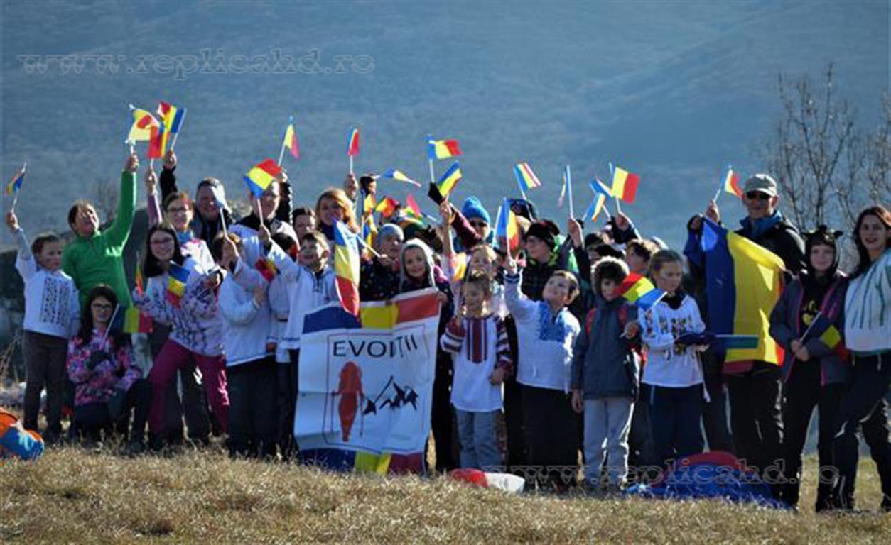 Copiii de la Clubul Evoluții, aplaudați de spectatorii și militarii care au participat la Serbările Naționale de la Alba Iulia (GALERIE FOTO)