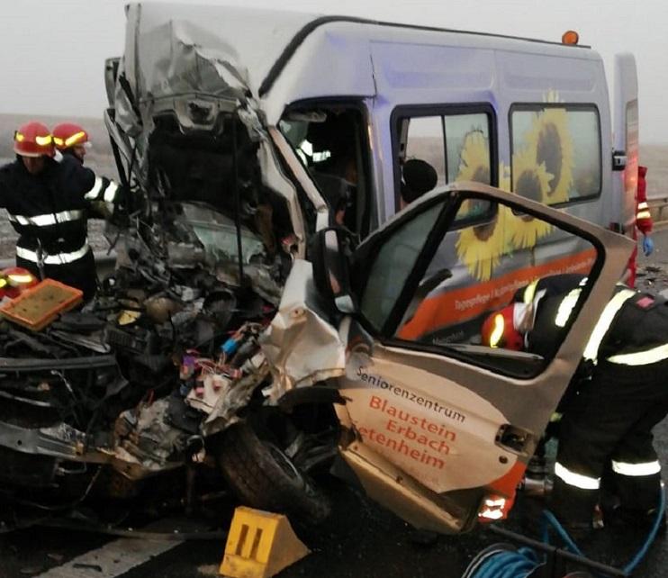 Grav accident cu zece persoane implicate, în Timiş