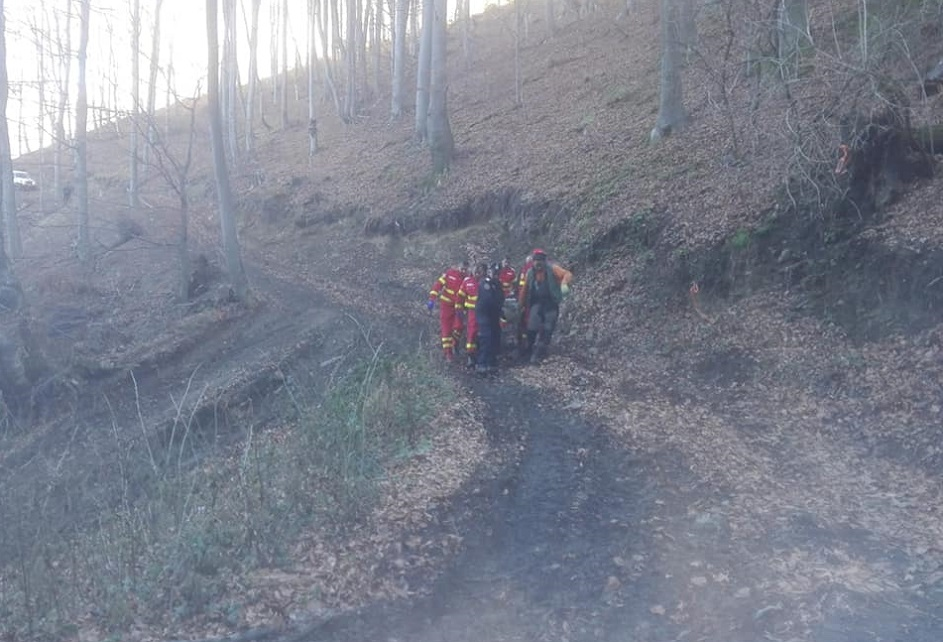 Misiune de salvare dificilă: Un bărbat, căzut într-o râpă, a fost stabilizat și transportat la spital