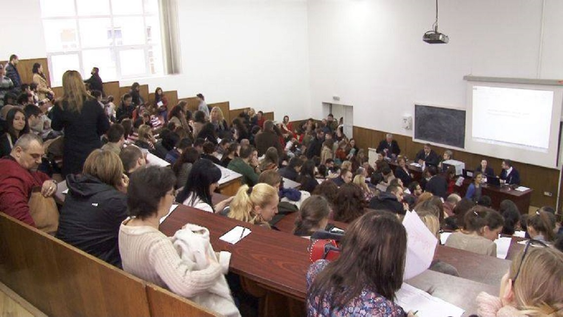 Peste 8.800 de absolvenţi ai universităţilor de medicină şi farmacie susţin astăzi examenul de rezidenţiat