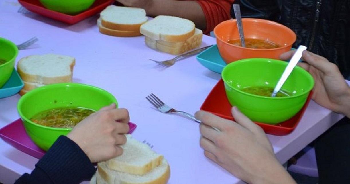 Elevii din patru școli hunedorene vor beneficia de masă caldă