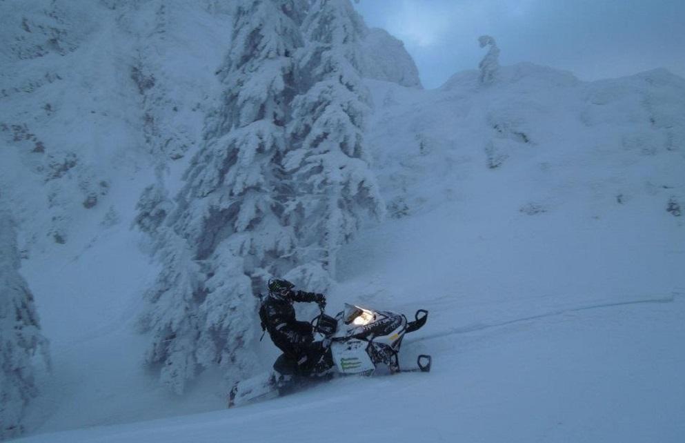 Accident mortal pe o pârtie din Predeal. Doi adolescenţi au sustras un snowmobil şi s-au răsturnat cu el. Unul dintre ei a murit la spital