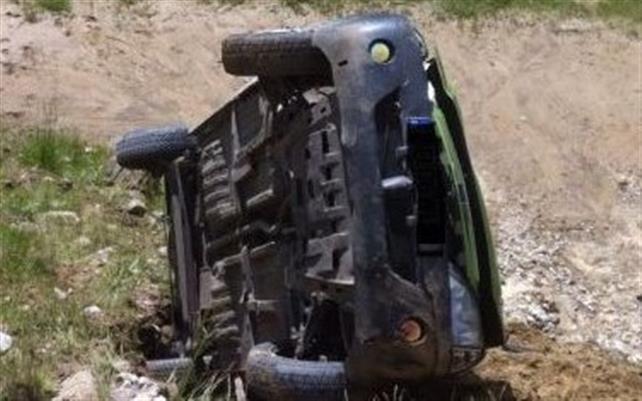 La un pas de tragedie: Un șofer s-a răsturnat cu mașina. Pe scaunul din față era o tânără de 18 ani