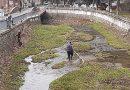 Pârâu din centrul localității, poluat cu tot soiul de deșeuri