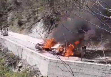 Două automobile au ars complet în parcarea de la Sarmizegetusa Regia