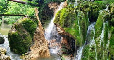 Prăbușire la Cascada Bigăr, superglue de reparat natura și tembelism românesc