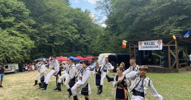 """Petrecere, ceaune cu balmoș și tocăniță, la """"Balul Ciobanilor"""", în comuna Șoimuș"""