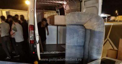 Nouă cetățeni sirieni au încercat să treacă ilegal frontiera, ascunși printre mobilă