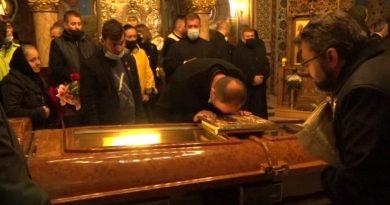 Flori, lacrimi şi rugăciuni. La plecarea unui episcop.