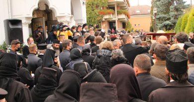 Rugăciuni în lacrimi, la plecarea primului episcop al Devei şi Hunedoarei